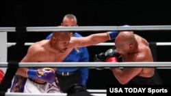 ကမာၻ႔ဟဲဗီးဝိတ္ ခ်န္ပီယံေဟာင္း Mike Tyson (ယာ) နဲ႔ Roy Jones Jr. တုိ႔ရဲ႕ သ႐ုပ္ျပထုိးသတ္ပြဲ။ (ႏုိဝင္ဘာ ၂၈၊ ၂၀၂၀)