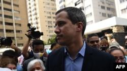 El líder opositor Juan Guaidó es recibido por sus vecinos frente a su residencia en Caracas, el 12 de julio de 2021.