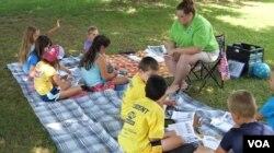 펜실베이니아주의 한 지역 공원에서 '공원의 선생님들(Teachers in the Parks)' 써머캠프가 진행되고 있다.