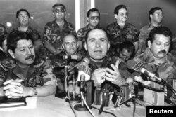 Foto tomada el 27 de noviembre de 1990, en la que aparece Montaño, a la derecha, junto al entonces ministro de defensa, General Rafael Humberto Larios, al centro, quien también está acusado por las autoridades españolas de la muerte de los sacerdotes jesuitas.