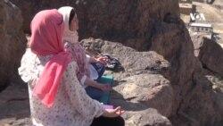 تمرین ورزش یوگا بر فراز کوههای کابل