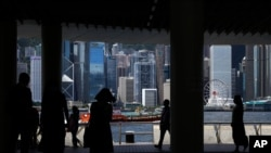图为香港维多利亚港的行人(2020年6月10日)