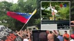 Leopoldo López saluda a sus seguidores frente a su casa