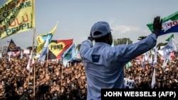 Martin Fayulu salue ses partisans lors d'un rassemblement contre les résultats de l'élection présidentielle, le 2 février 2019 à Kinshasa.