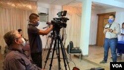 Periodista venezolano de VPI en medio de una rueda de prensa a inicios de la pandemia. Caracas, Venezuela. Marzo, 16 2020.