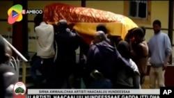 Peti jenazah penyanyi Hachalu Hundessa saat pemakamannya di Ambo, Ethiopia, Kamis (2/7).
