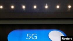 Un letrero lumínico anuncia la tecnología 5G en el aeropuerto de Zaventem de Bélgica el 4 de mayo de 2020.