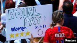 Transparent na paradi u Njujorku kojim se poziva na jednake zarade muških i ženskih igrača