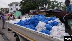 Pemerintah Ghana membagikan paket sembako kepada masyarakat dibantu gereja, di Ibu Kota Ghana, Accra. (Foto: Stacey Knott/VOA)
