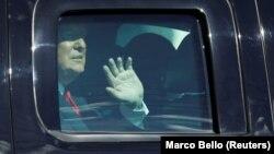 1月20日特朗普抵達佛羅里達西棕櫚灘時向支持者揮手(路透社)