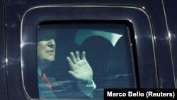 Bivši predsednik Tramp maše pristalicama iz svog automobila po dolasku u Mar a Lago na Floridi, na dan inauguracije novog predsednika Bajdena 20. januara 2021.