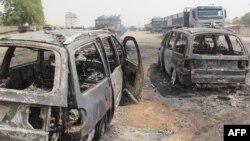 Beberapa mobil hangus terbakar pasca serangan ekstemis ISWAP di Auno, Nigeria (foto: dok).