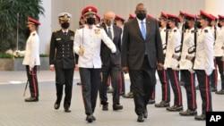 2021年7月27日美国国防部长奥斯汀到访新加坡,在国防部长黄永宏(后排)陪同下检阅仪仗队。