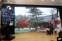 17일 서울을 방문한 토니 블링컨 미국 국무장관이 주한미국대사관 직원들과 화상회의를 했다.