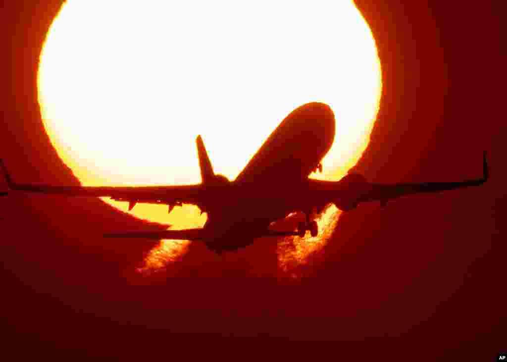 پرواز یک هواپیما از فرودگاه فرانکفورت همزمان با طلوع آفتاب. صنعت هوایی بعد از مدتها رکود، کم کم شاهد افزایش پروازها بعد از همهگیری کرونا است.