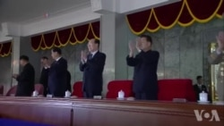 Des milliers se réunissent pour honorer l'anniversaire de Kim Jong (vidéo)