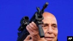 라즈나트 싱 인도 국방장관이 지난 2월 무기 박람회에서 모형 기관총을 들고 있다.