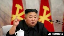 El líder norcoreano Kim Jong Un habla durante la conferencia del Comité Militar Central del Partido de los Trabajadores de Corea en esta imagen publicada por la Agencia Central de Noticias de Corea del Norte (KCNA) el 23 de mayo de 2020.