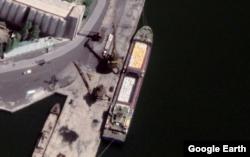 남포 석탄 항에 정박한 선박에 하얀 포대가 실려 있다. 자료=Maxar Technologies / Google Earth