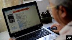 چین کے ایک شہر لیوزو میں لیو کشین ایک طالب علم کے لیے معاوضے پر مقالہ لکھ رہے ہیں۔ امریکہ کے طالب علموں اور پروفیسروں میں رقم دے کر آن لائن پیپر اور مقالے لکھوانے کا رواج عام ہے۔