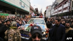 Ožalošćeni okružuju automobil kojim se pevoze sanduci sa telima komdanta Kasema Sulejmanija i šefa proiranske iračke milicije Abu Mahdija al Muhandisa, ubijenih u vazdušnom udaru SAD, u Bagdadu, Irak, 4. januara 2019.