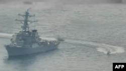 ເຮືອຂອງກອງທັບພິທັກປະຕິວັດອິສລາມ ຫຼື IRGCN ປະຕິບັດການແບບອັນຕະລາຍ ແລະບໍ່ມີລັກສະນະມືອາຊີບຕໍ່ກໍາປັ່ນຍິງລູກສອນໄຟນໍາວິຖີ USS Paul Hamilton (DDG 60) ແລະກໍາປັ່ນລົບອື່ນໆ ຂອງສະຫະລັດ ໂດຍໄດ້ຂ້າມເສັ້ນເຂົ້າໄປໃກ້ຫົວເຮືອ ຂອງກໍາປັ່ນດັ່ງກ່າວ (ພາບຖ່າຍວັນທີ 22 ເມສາ, 2020)