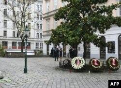 La policía resguarda el lugar donde un ataque terrorista dejó cuatro muertos el lunes en el centro de Viena. Coronas de flores honran a las víctimas. Noviembre 3 de 2020.
