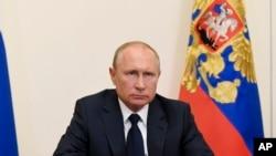 ປະທານາທິບໍດີ ຣັດເຊຍ ທ່ານ ວລາດີເມຍ ປູຕິນ, ກ່າວຄຳປາໄສຕໍ່ປະເທດຊາດ ຜ່ານກອງປະຊຸມທາງວີດີໂອ ຢູ່ທີ່ Novo-Ogaryovo ຊຶ່ງເປັນທຳນຽບຂອງປະທານາທິບໍດີ ຕັ້ງຢູ່ນອກນະຄອນຫຼວງມົສກູ ຂອງຣັດເຊຍ, ວັນທີ11 ພຶດສະພາ 2020.