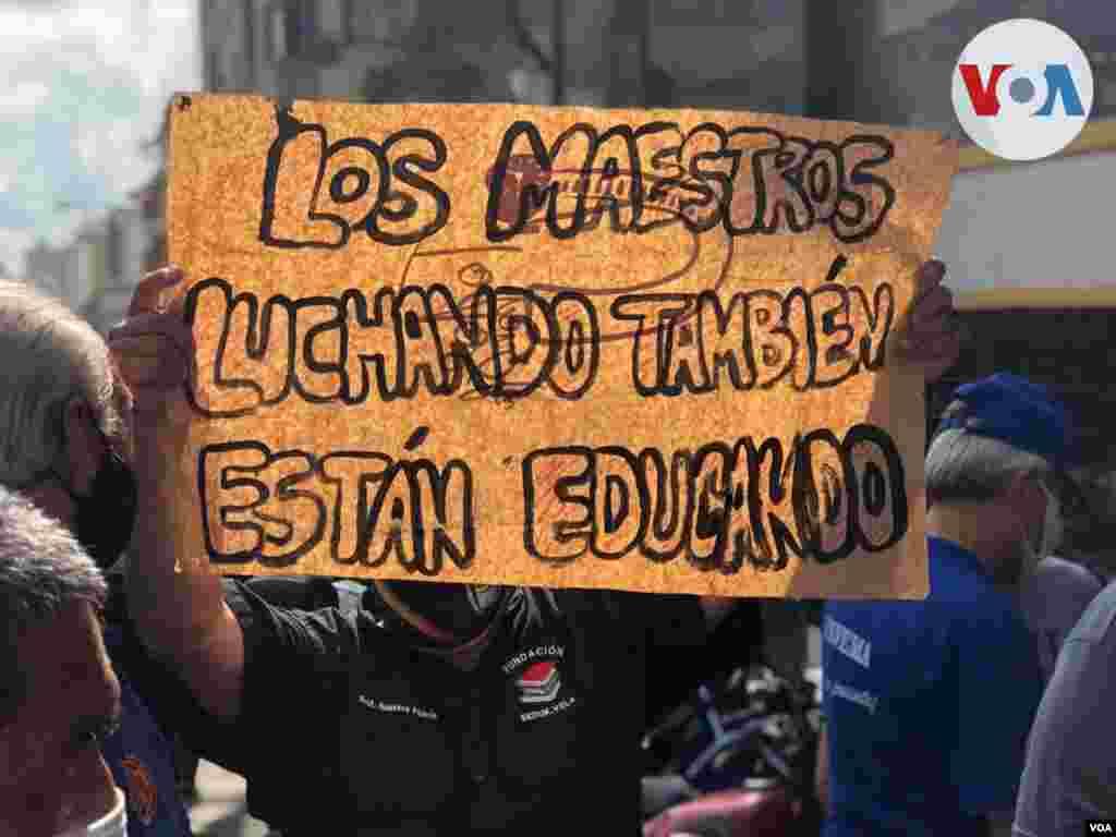 """""""Somos docentes, no somos delincuentes"""", coreaban los profesionales de la educación."""