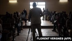 Un journaliste filme à la Cour constitutionnelle de Bangui le 18 janvier 2021, lors de l'annonce des résultats des élections présidentielles du 27 décembre 2020.