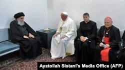 Le grand ayatollah Ali al-Sistani (à g.) reçoit le pape François et sa délégation, à son domicile dans la ville sainte de Najaf, le 6 mars 2021.