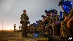 រូបឯកសារ៖ ទាហានដែលត្រូវបានចាត់តាំងឲ្យបម្រើក្នុងកងពលអាកាសទី៨២ ត្រៀមឡើងយន្តហោះប្រភេទ C-17 Globemaster III របស់កងទ័ពអាកាសអាមេរិកដើម្បីគាំទ្រដល់បេសកកម្មប្រតិបត្តិការជម្លៀសមនុស្សនៅអាកាសយានដ្ឋានអន្តរជាតិ Hamid Karzai ក្នុងទីក្រុងកាប៊ុល កាលពីថ្ងៃទី៣០ ខែសីហា ឆ្នាំ២០២១។