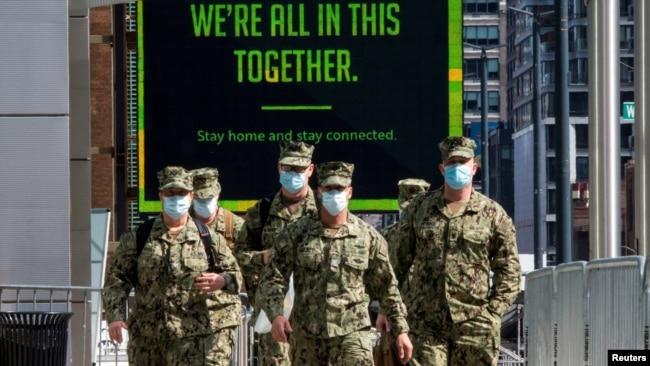 Një njësi e Ushtrisë së Shteteve të Bashkuara duke mbërritur në Qendrën Javis, Nju Jork (7 prill 2020)