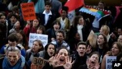 Orang-orang meneriakkan slogan-slogan di luar gedung kongres perundingan iklim COP25 di Madrid, Spanyol, 13 Desember 2019. (Foto: AP)