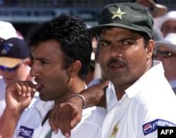 اعجاز احمد (دائیں)