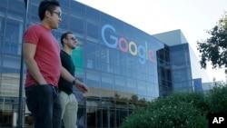 行人走过加利福尼亚山景城谷歌大楼