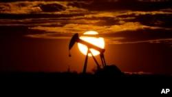 Potražnja za naftom nastavlja da opada zbog izbijanja koronavirusa (Foto: AP/Eric Gay)
