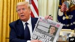 Presidenti Donald Trump me një kopie të gazetës New York Post