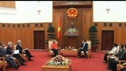 2012-07-10 美國之音視頻新聞: 美國國務卿克林頓訪問越南呼籲加強保護人權