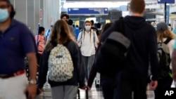 美國獨立日週末到來前夕,旅客們走進芝加哥奧黑爾國際機場的3號航站樓。(2021年7月2日)