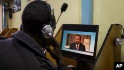 Un Éthiopien diffuse une vidéo du Premier ministre Abiy Ahmed s'exprimant dans un café Internet à Addis-Abeba, en Éthiopie, le 26 novembre 2020.