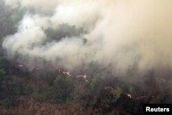 2015년 10월 인도네이사 수마트라섬 산악 지대 숲에서 산불로 인한 연기가 솟아오르고 있다. (자료사진)