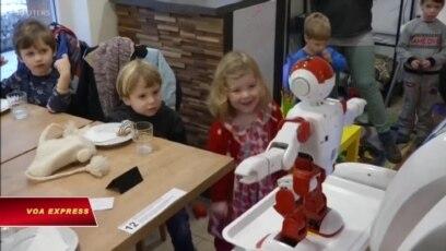 Robot bồi bàn biết nhảy và pha trò