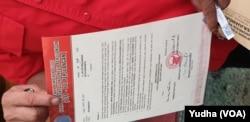 Surat Rekomendasi DPP PDIP untuk pasangan calon Gibran Rakabuming Raka dan Teguh Prakosa di Pilkada Solo 2020. (Foto: VOA/ Yudha Satriawan)