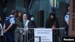 Anggota keluarga korban penyerangan masjid tiba untuk dimulainya sidang pria bersenjata Brenton Tarrant di Pengadilan Tinggi Christchurch, Selandia Baru, 24 Agustus 2020. (Foto: Reuters)