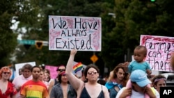 Transrodne i nebinarne osobe i njihovi saveznici na Maršu za prava transrodnih osoba u Atlanti, 12. otkobra 2019.