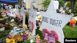 2018년 펜실베이니아주 피츠버그 유대교 회당에서 일어난 총기 난사 사건의 희생자들을 기리기 위해 꽃이 놓여져 있다.