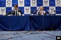 CEO Komite Penyelenggara Olimpiade Tokyo 2020 Toshiro Muto (kanan), dalam konferensi pers di Tokyo, Jepang, Senin, 30 Maret 2020.