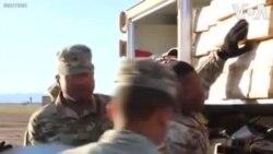 Des soldats américains construisent des tentes à la frontière (vidéo)