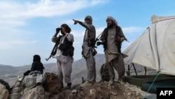 资料照片:阿富汗民兵战士在巴尔赫省查金特区防范塔利班反叛分子来袭。(2021年7月15日)